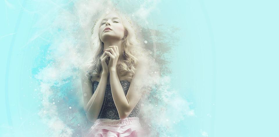 На фото девушка, которая молится Господу.