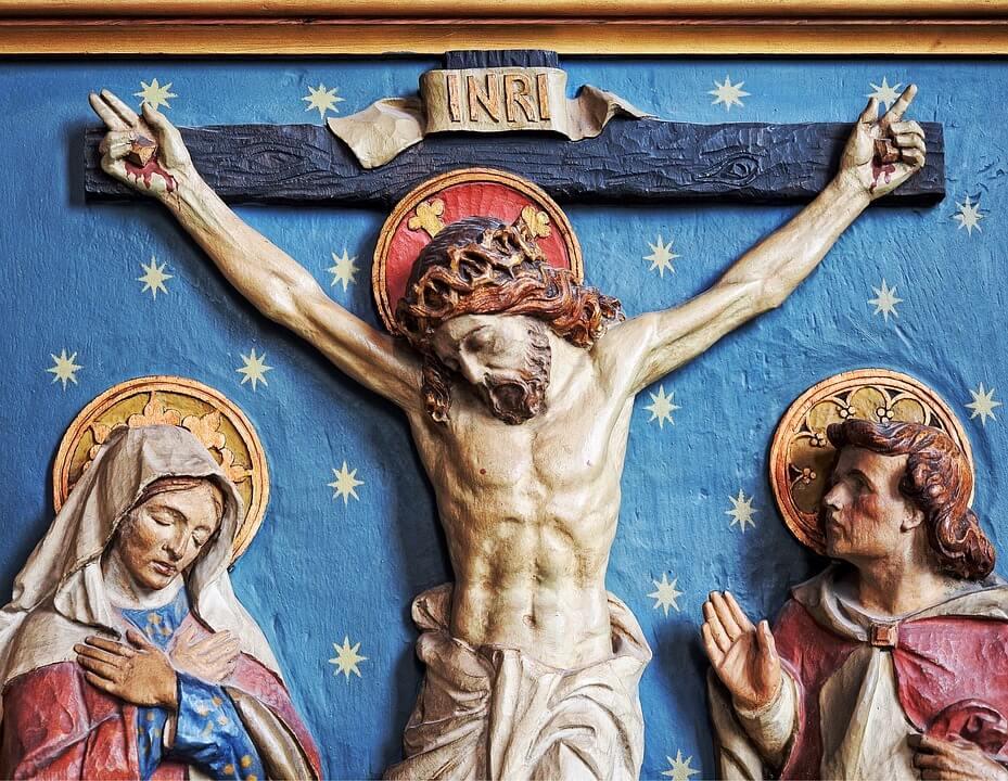 На фото изображено распятье Иисуса.