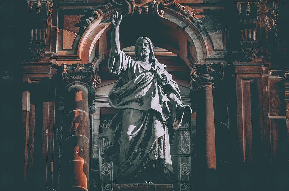 На фото изображена скульптура Иисуса Христа.