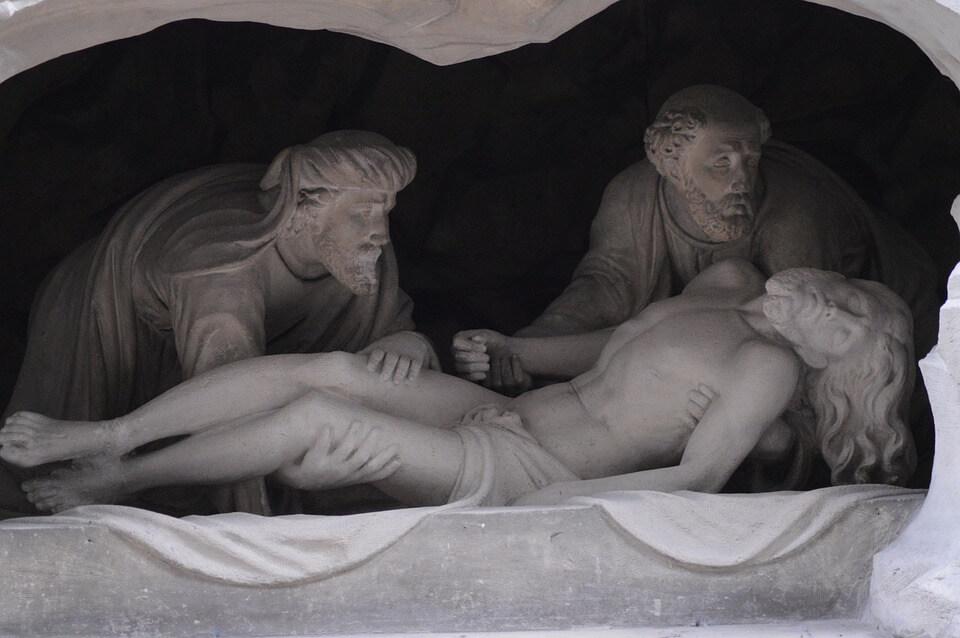 На фото изображены статуи. Могила Иисуса Христа.
