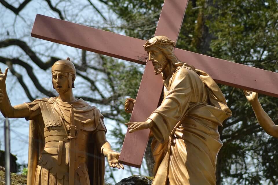 На фото изображена статуя Иисуса, который несет на себе крест.