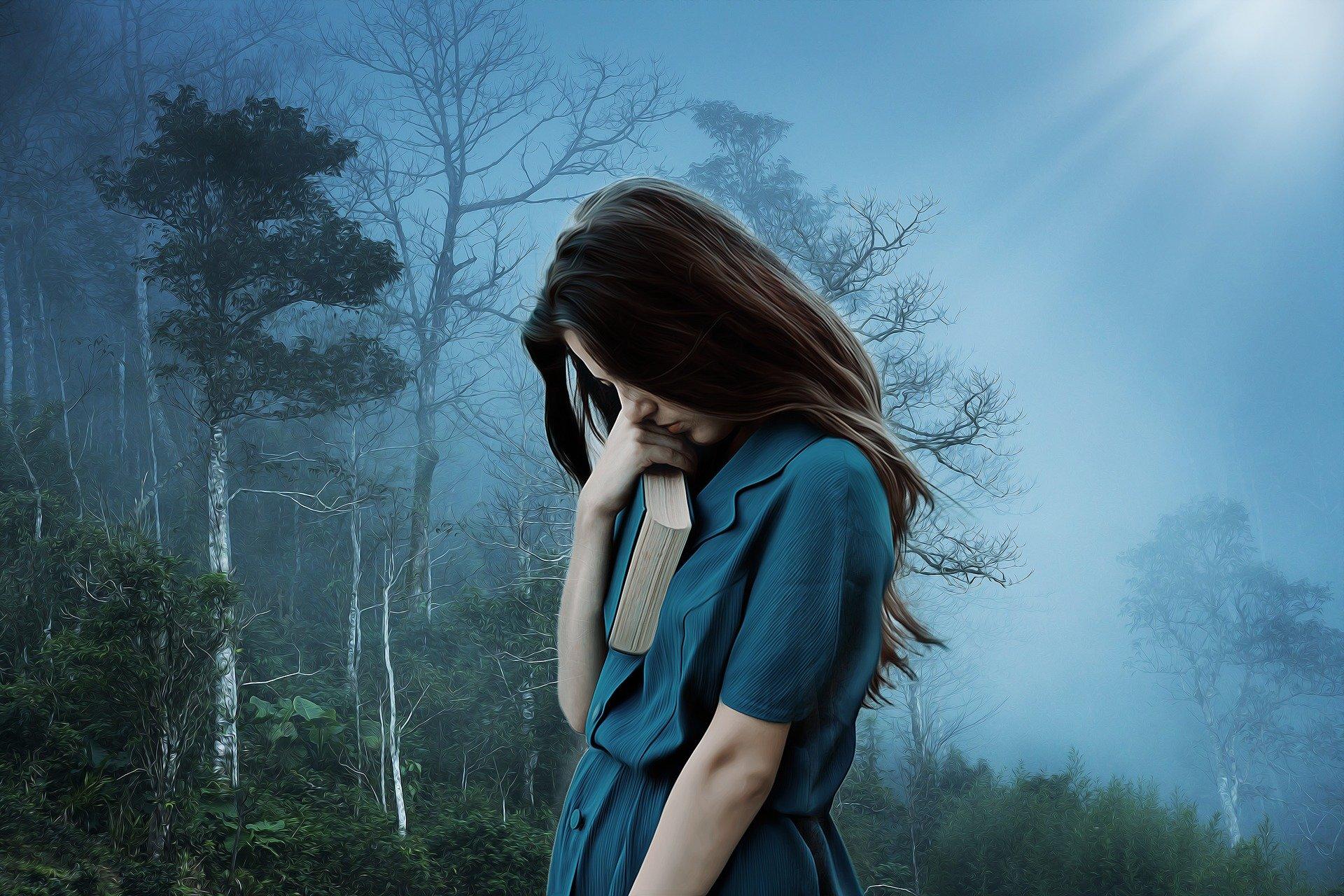 На фото изображена девушка, которая страдает.