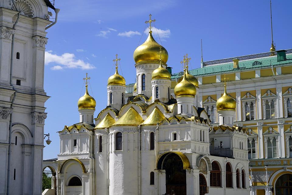 На фото изображена красивая церковь.