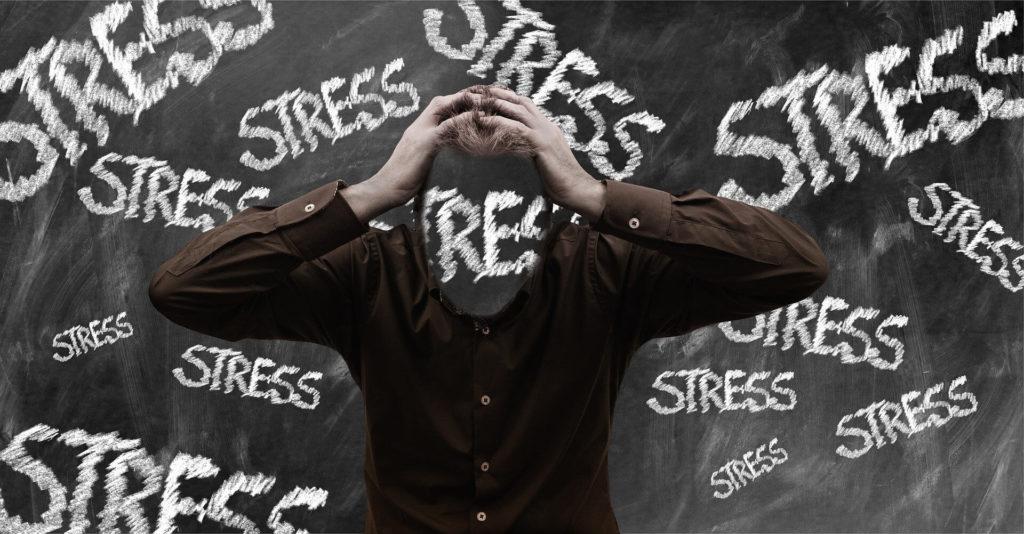 На картинке человек под влиянием стрессовых ситуаций