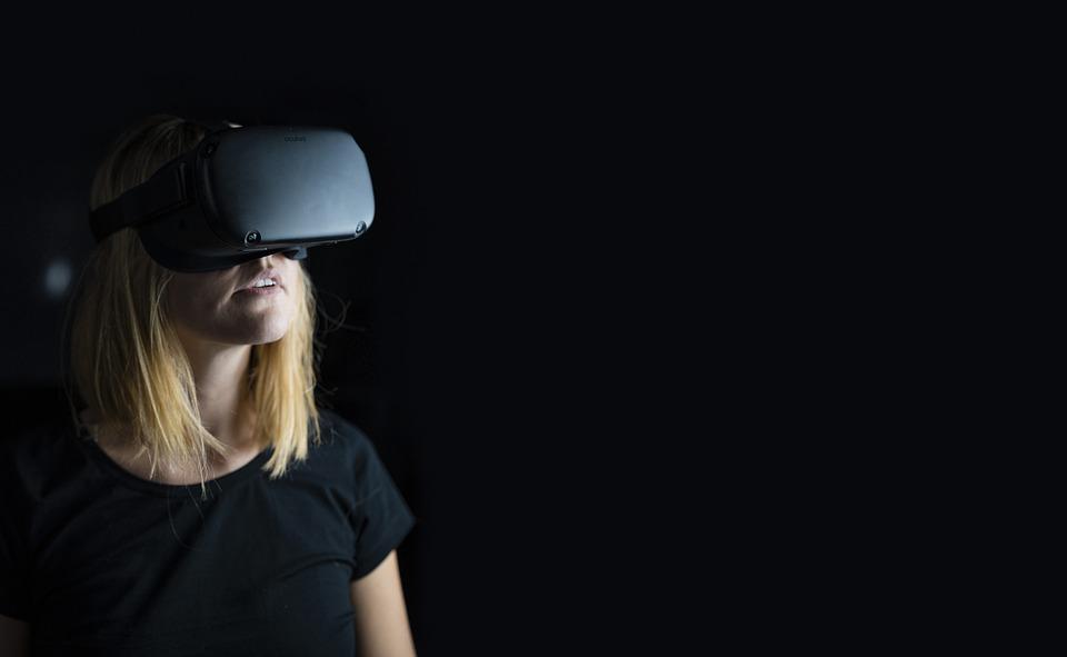 На фото девушка в очках виртуальной реальности.