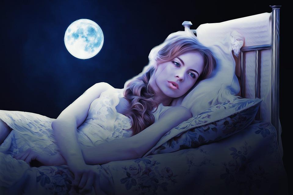На фото изображена красивая девушка, которая лежит в кровати, а сзади ей светит луна.