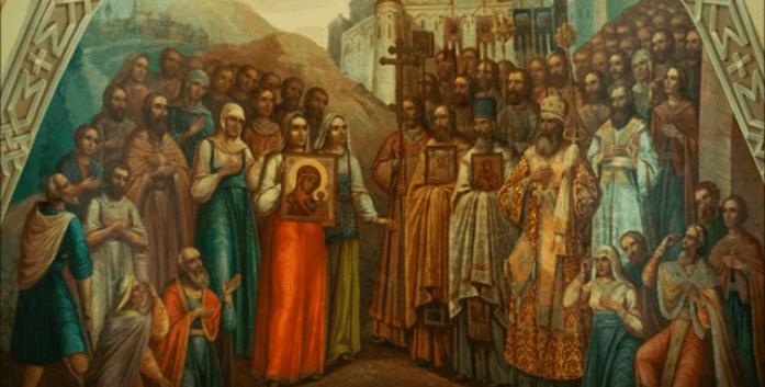 На фото изображены христиане, с образом Казанской Божией матери в руках.