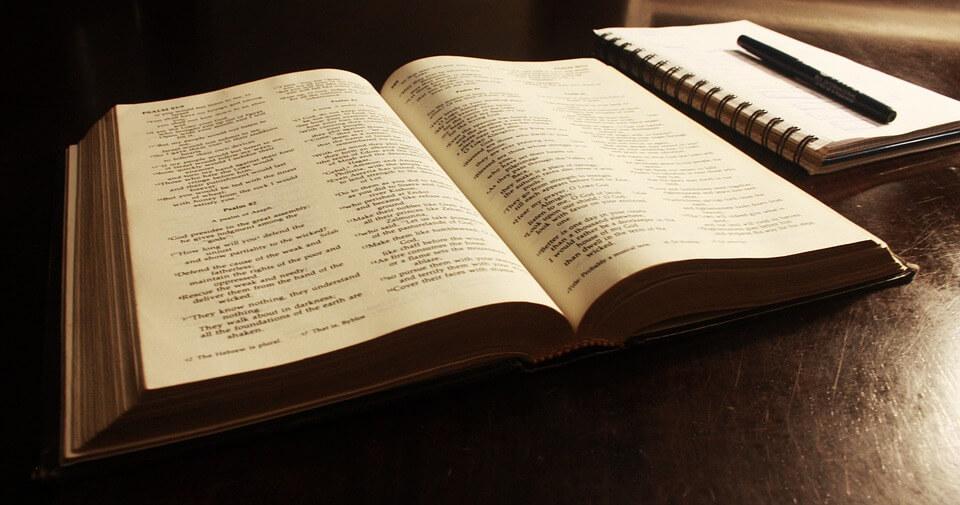 На фото изображен открытый молитвослов.