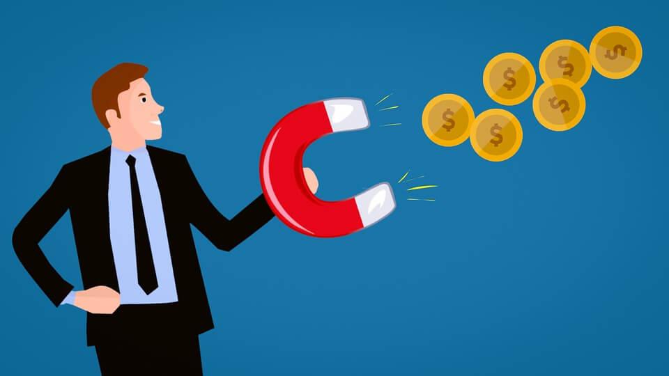 На фото изображен мужчина с магнитом, который притягивает монеты.