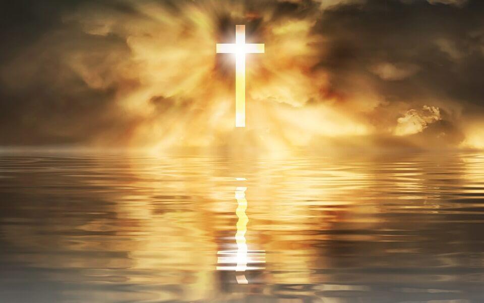 На фото изображен святящийся крест в небесах.