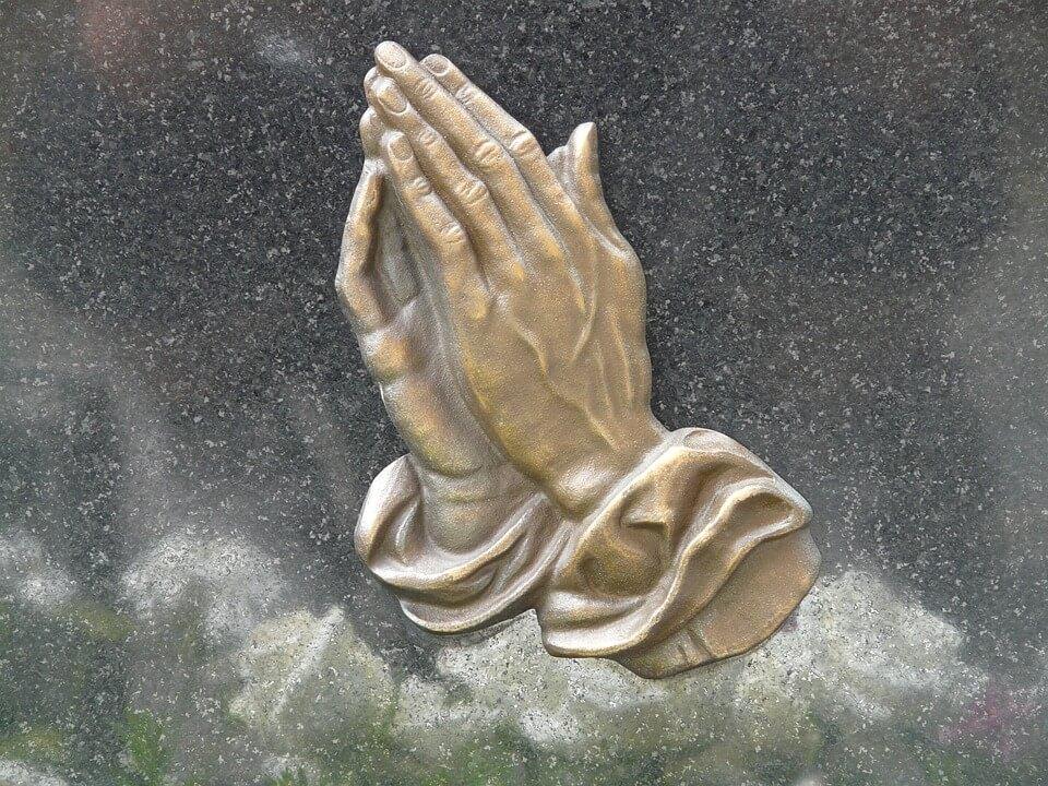 На фото изображены руки, сложенные в молитве.