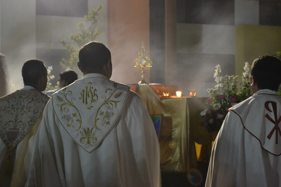 На фото изображены трое священников.