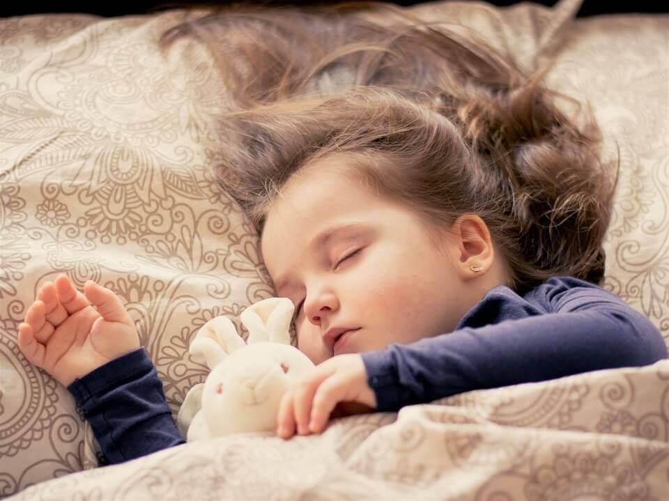 На фото изображена спящая девочка.