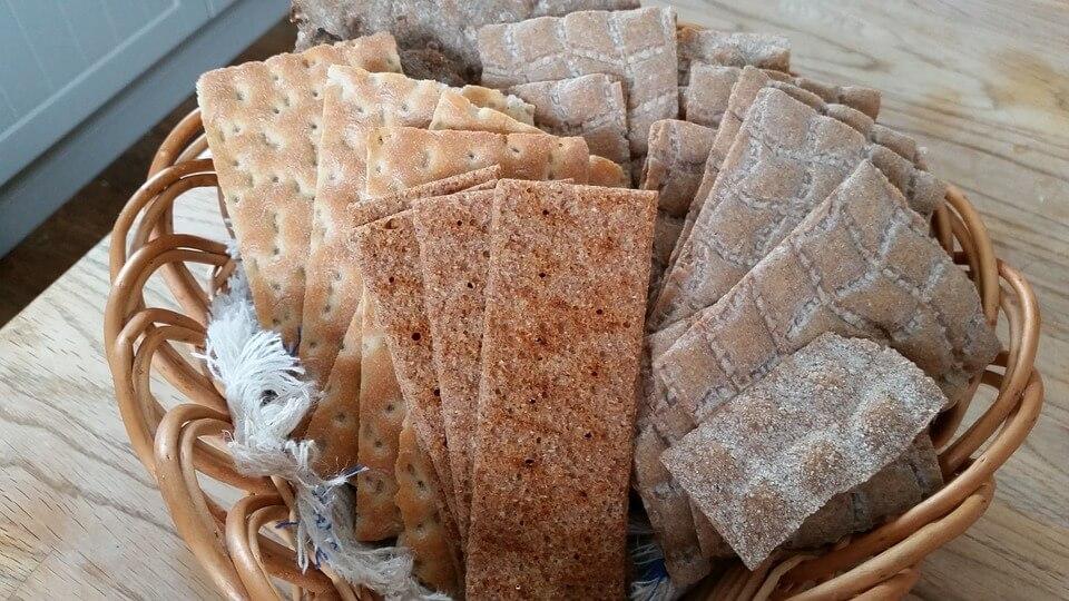 На фото изображены хлебцы в корзинке.
