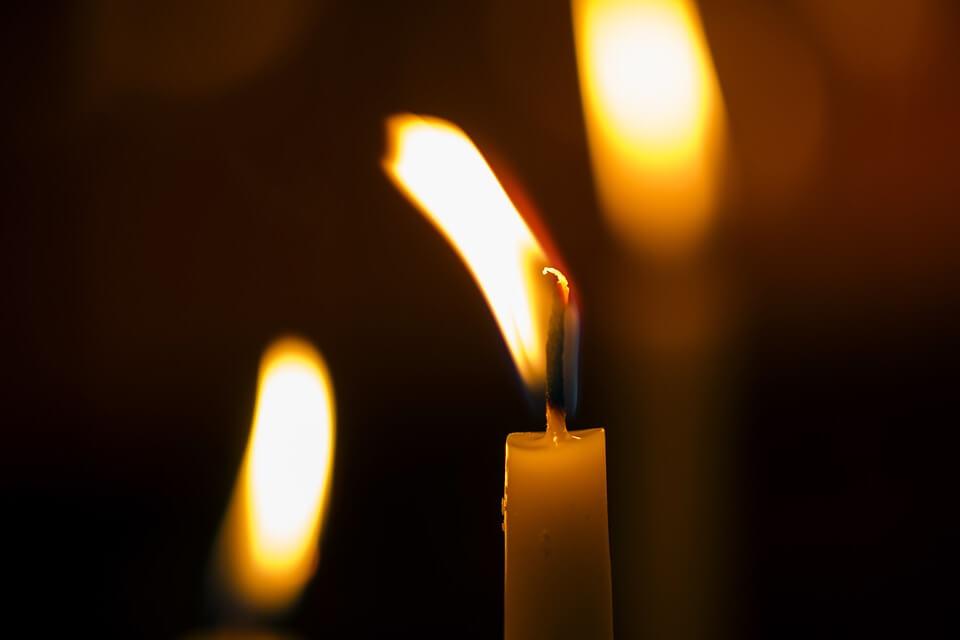 На фото изображена горящая свеча.
