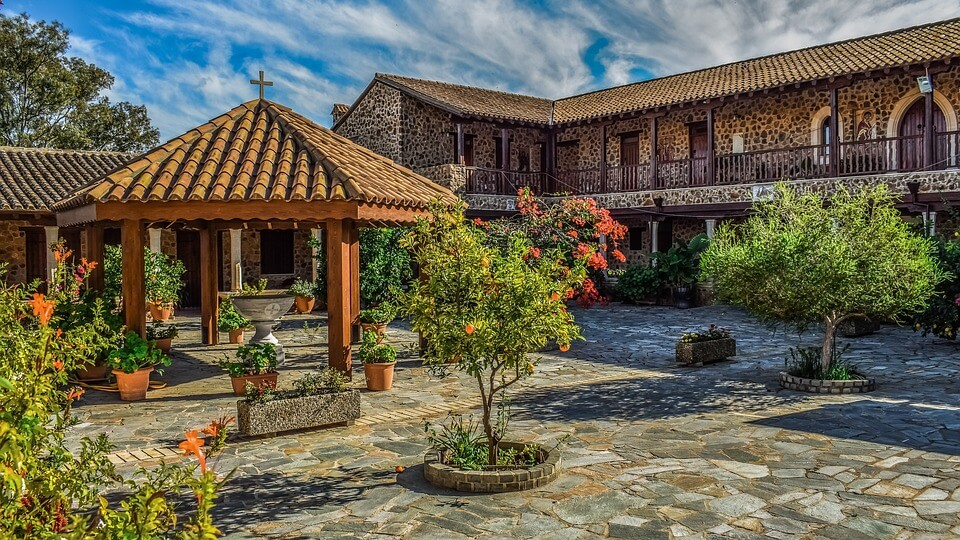 На фото изображен двор монастыря.