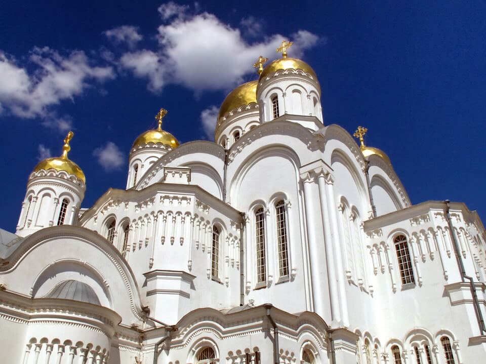 На фото изображен православный собор.