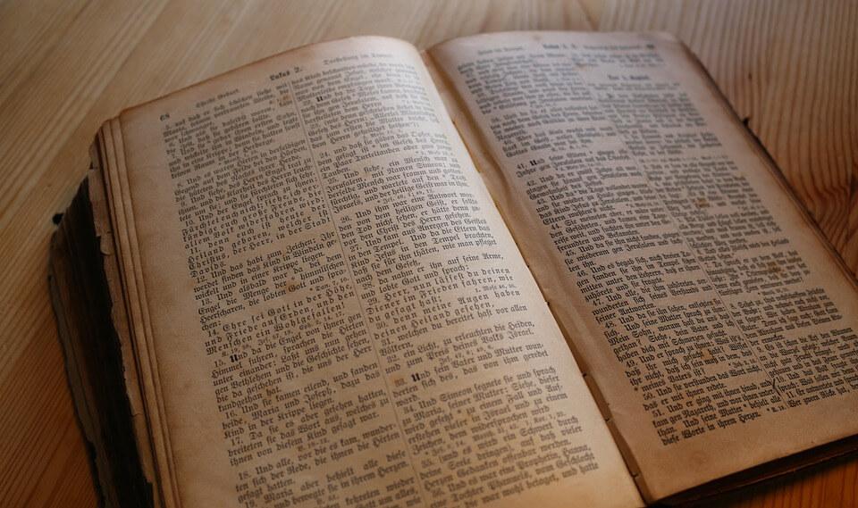 На фото изображена открытая библия.