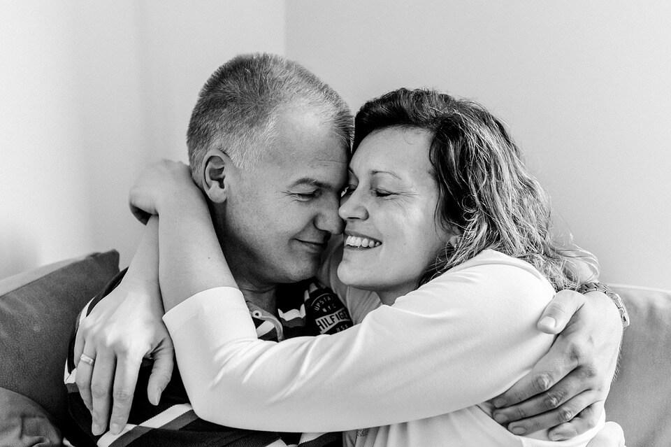 На фото изображена пара мужчина и женщина.