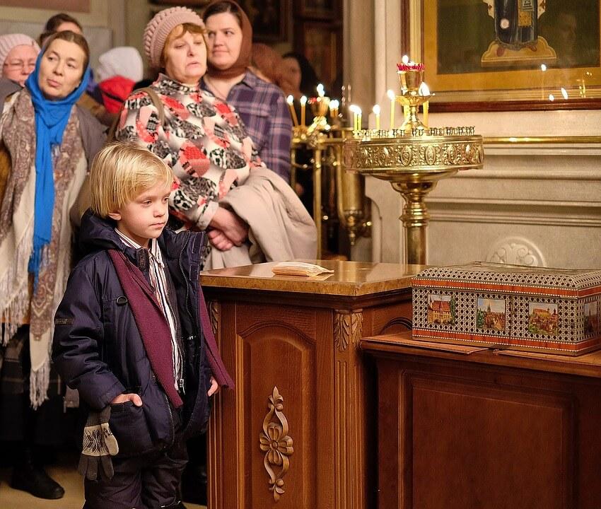 На фото изображены прихожане церкви на службе.