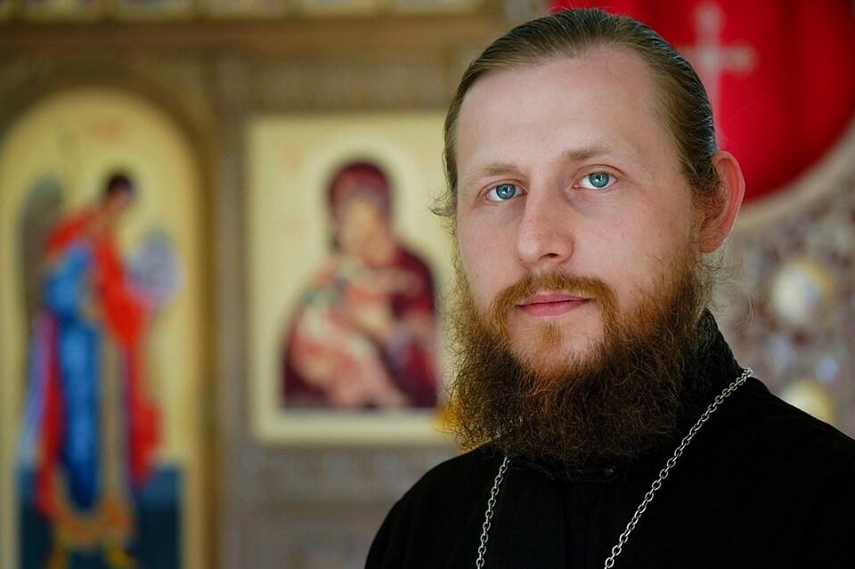 На фото изображен священник.