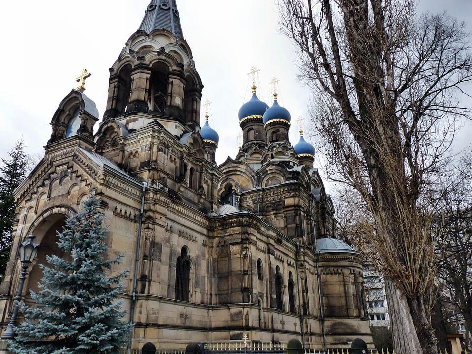 На фото изображена православная церковь.