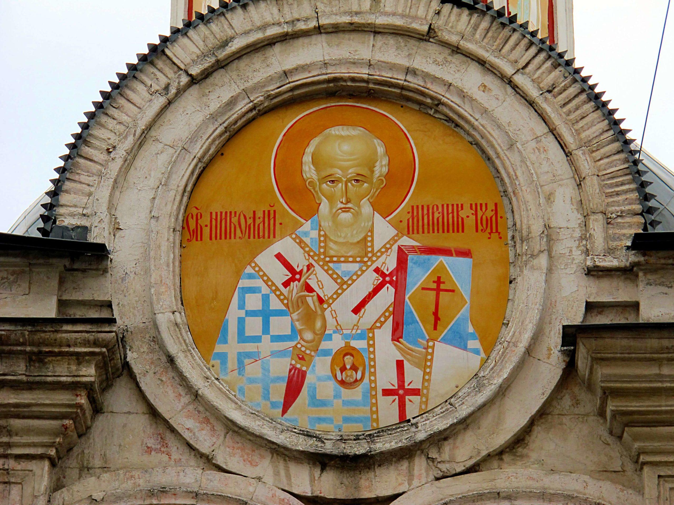 На фото изображена надвратная икона Николая Чудотворца.