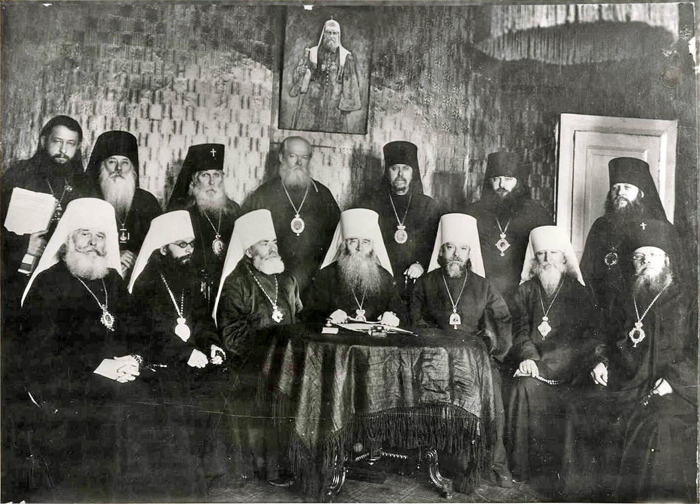 На фото изображен временный священный синод 33-34 годов.