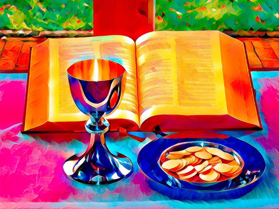 На фото изображены чаша для Причастия и просфоры в блюдце.
