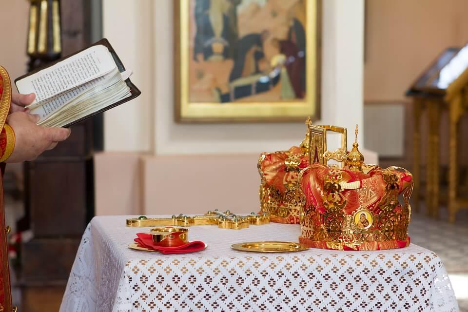 На фото изображены короны для венчания.
