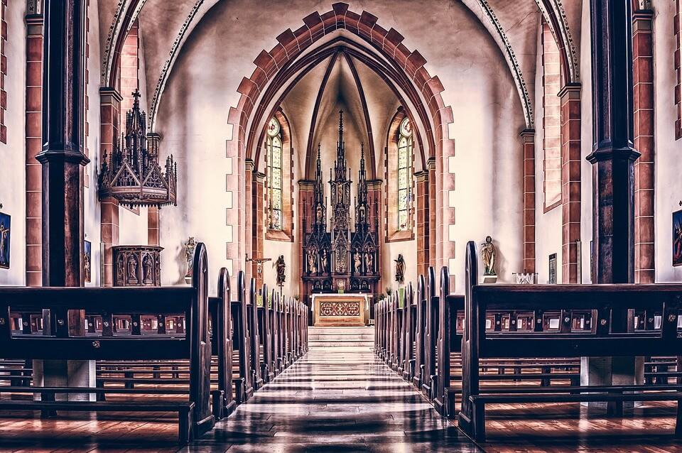 На фото изображена католическая церковь внутри.