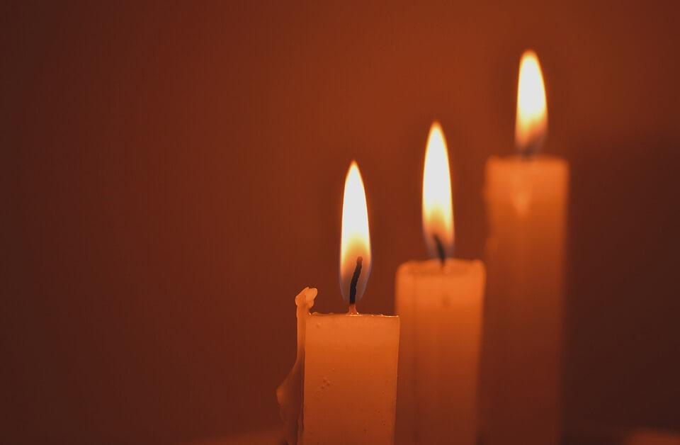 На фото изображены три горящие свечи.