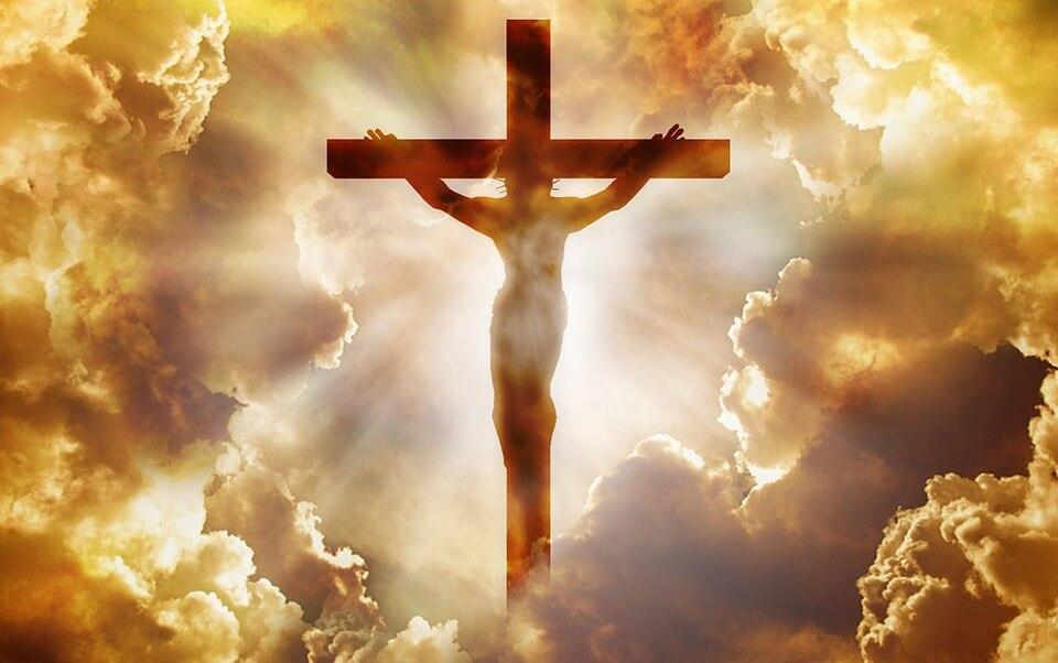 На фото изображено распятие Иисуса Христа.