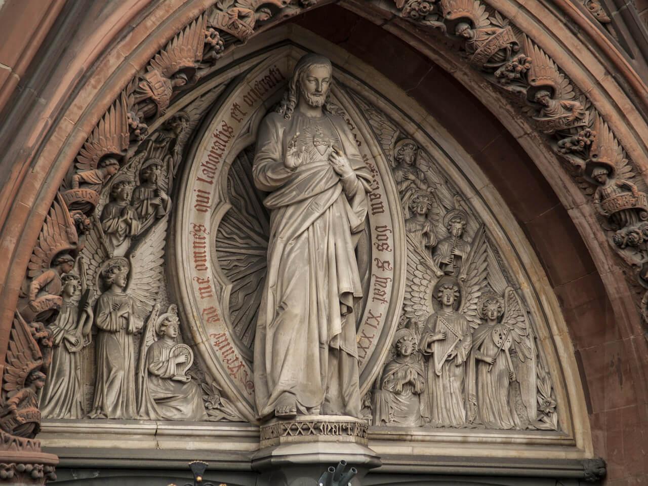 На фото изображена статуя Иисуса.