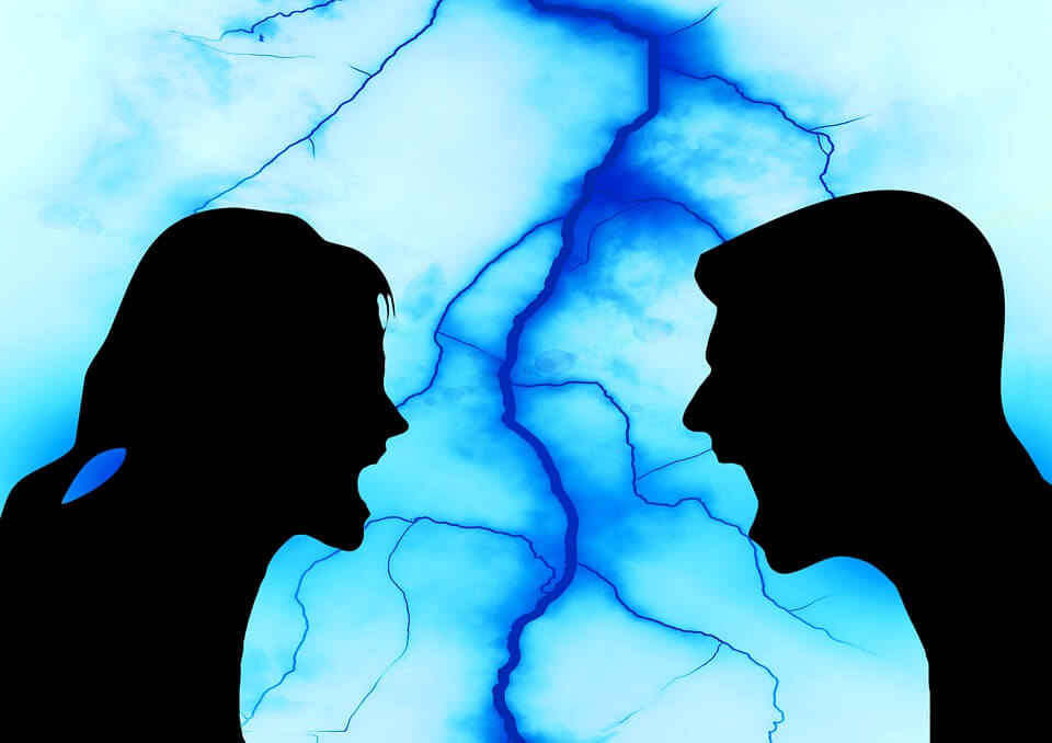На фото изображено, как мужчина и девушка ссорятся.