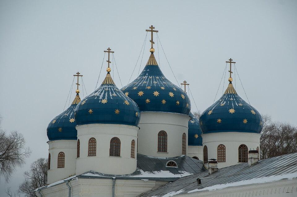 На фото изображены купола собора.