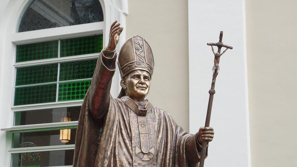 На фото изображена статуя Папы Римского.