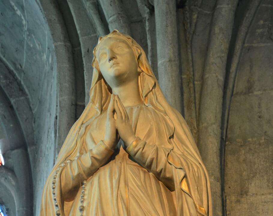 На фото изображена статуя Пресвятой Богородицы.