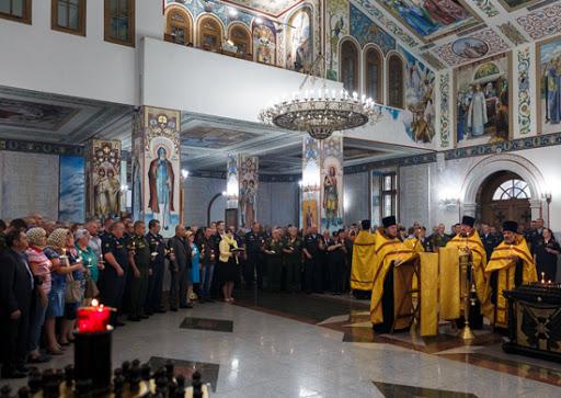 На фото изображена служба в храме.