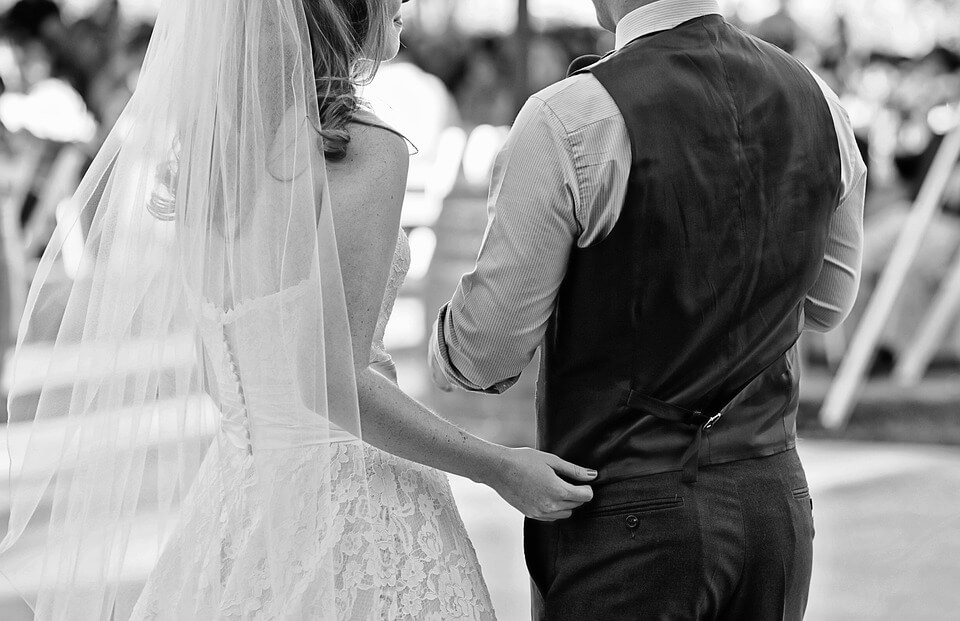 На фото изображены жених и невеста.