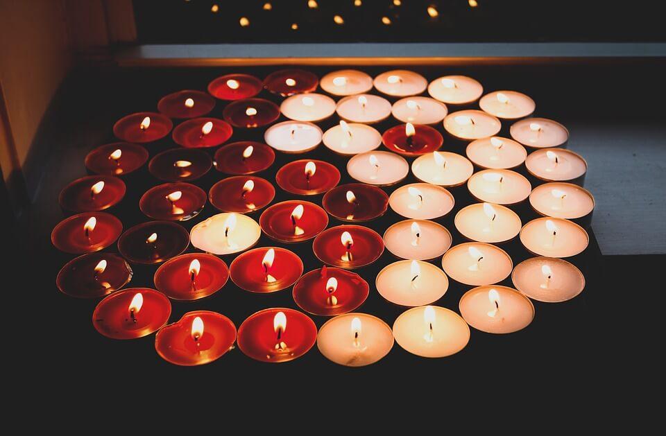 На фото изображены горящие свечи, выложены в форме инь-янь.