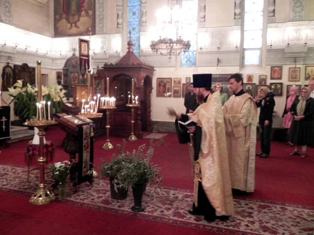 На фото изображена служба в церкви на Вербное Воскресенье.