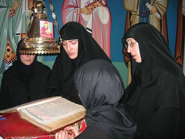 На фото изображены монашки на службе в монастыре.