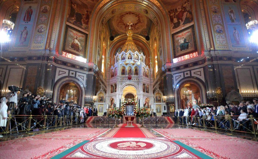 На фото изображена церковная служба.