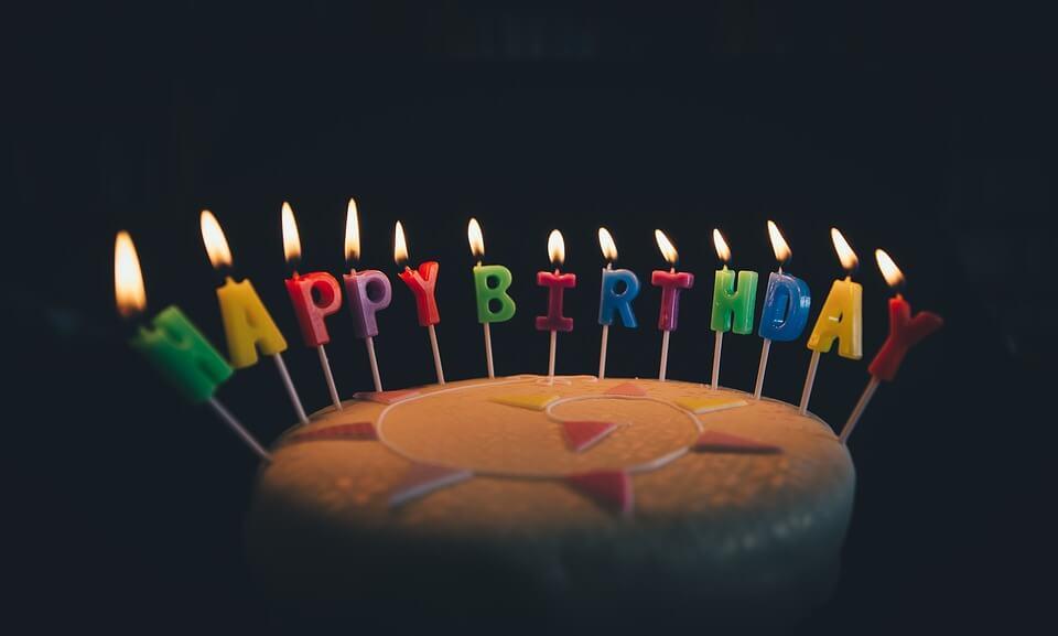 На фото изображен именинный торт со свечками.