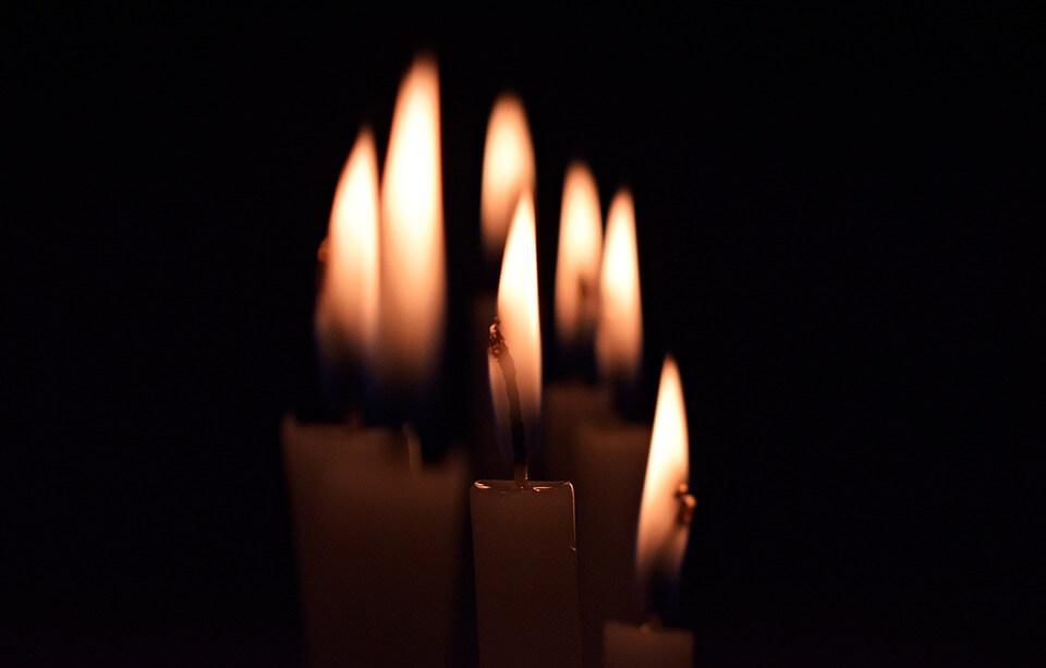 На фото изображены горящие свечи.