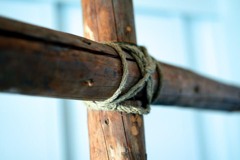 На фото изображен деревянный крест.
