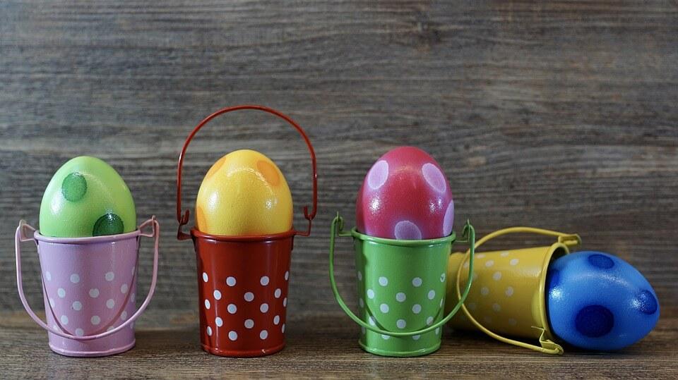 На фото изображены крашенные яйца в ведерках.