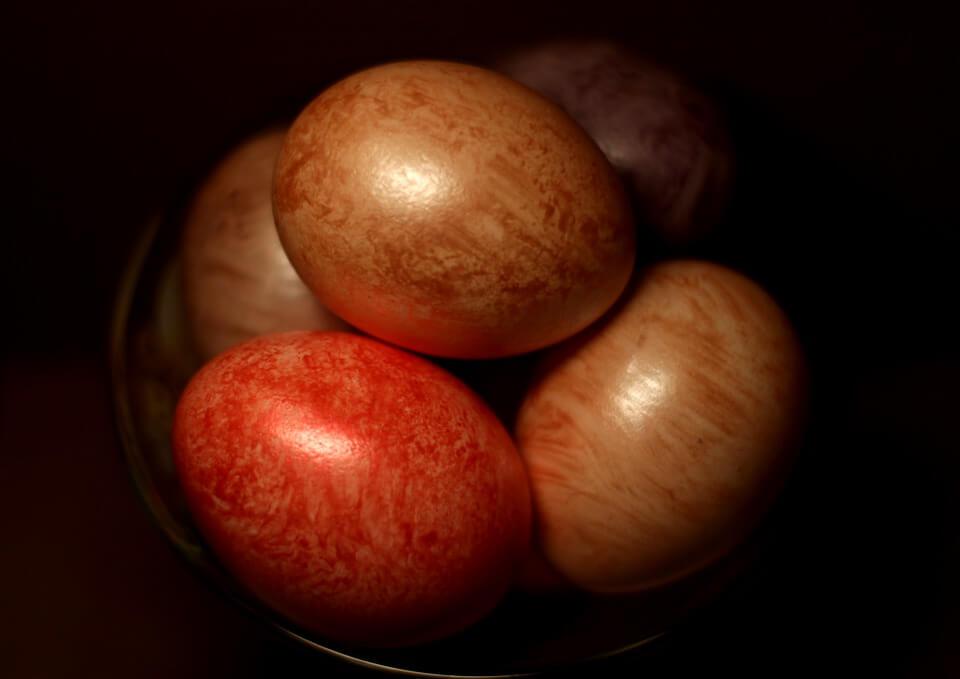 На фото изображены крашенные яйца.