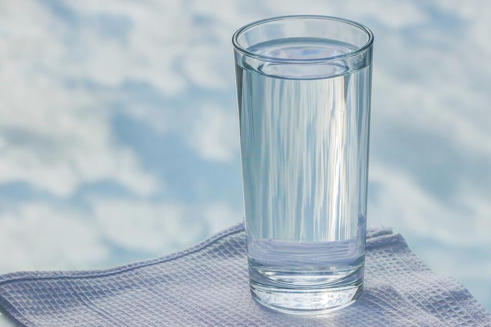 На фото изображен стакан воды.
